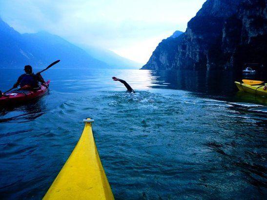 A nuoto da una sponda all'altra del lago maggiore